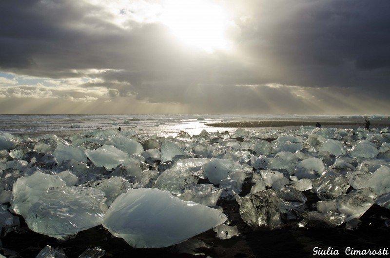 The sun rays over Breiðamerkursandur and its icebergs