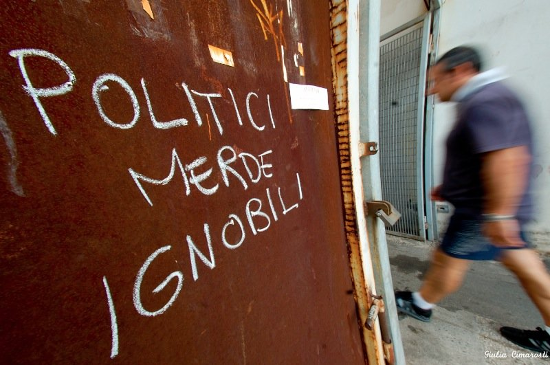 Politici merde infami, political writings on wall Genoa