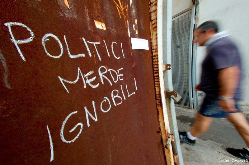 Politici merde infami, political writings on wall Genoa