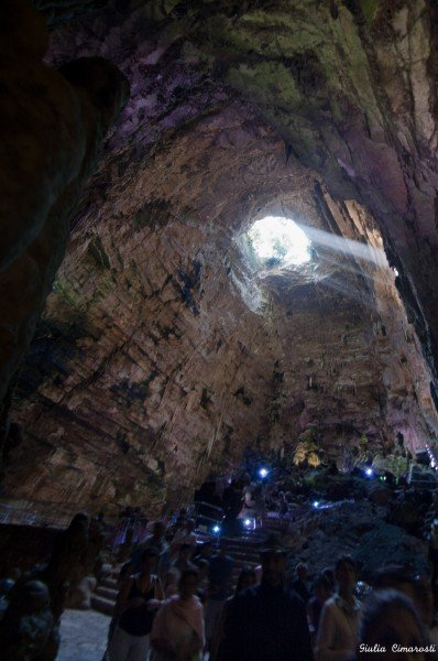 People are so small, the cavern is huge - Castellana Caves
