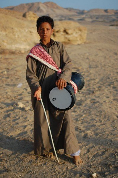 Egyptian boy playing the drum - © Giulia Cimarosti